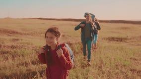 一个领域的运动视频走在特性男孩女孩的愉快的家庭蚊子进行缓慢和妈妈在迁徙的生活方式绊倒 影视素材