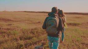 一个领域的运动视频走在特性男孩女孩的愉快的家庭蚊子进行缓慢和妈妈在迁徙的生活方式绊倒 股票视频