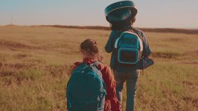 一个领域的运动视频走在特性男孩女孩的愉快的家庭蚊子进行缓慢和妈妈在迁徙的生活方式绊倒 股票录像