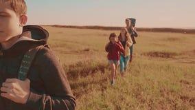 一个领域的运动视频走在特性男孩女孩的愉快的家庭进行缓慢和妈妈在迁徙的生活方式绊倒 游人 影视素材