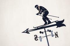 一个风向的剪影在rooftoop的与滑雪者显示 免版税库存照片