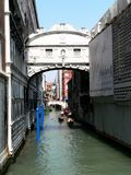 一个风景-桥梁叹气,在一条运河的一个宫殿的照片以建筑结构为目的在威尼斯 库存图片