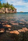 一个风景黑沙子和桃红色花岗岩海滩在北部岸  库存照片