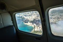 从一个飞机窗口的看法在市有威基基海滩的-夏威夷,美国檀香山 免版税库存照片