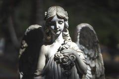 一个飞过的天使的雕象在黑暗的 免版税库存照片