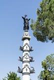 一个飞过的妇女藏品花圈的雕象在威尼斯,意大利 免版税库存照片