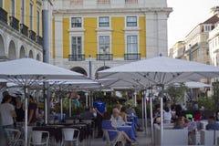 一个餐馆大阳台的游人在里斯本 免版税库存照片