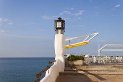 一个餐馆酒吧的大阳台在前面的Sp的地中海 免版税库存照片