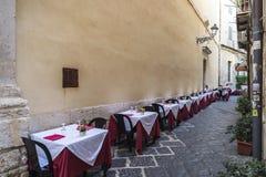 一个餐馆酒吧的大阳台在Siracusa,西西里岛,意大利 免版税图库摄影