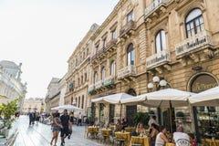 一个餐馆酒吧的大阳台在Siracusa,西西里岛,意大利 免版税库存照片