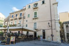 一个餐馆酒吧的大阳台在Siracusa,西西里岛,意大利 免版税库存图片