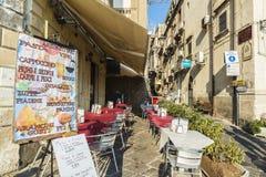 一个餐馆酒吧的大阳台在Siracusa,西西里岛,意大利 库存照片