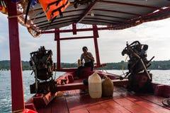 一个马达引擎的特写镜头在一条柬埔寨longtail小船的有上尉的 免版税库存图片
