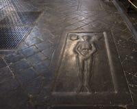 一个骑士的坟墓在一个哥特式教会里面的 免版税库存图片