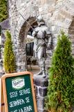 一个骑士的雕象入口的对在Pelesh城堡附近的酒吧豪华锡纳亚,位于罗马尼亚 图库摄影