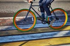 一个骑自行车者在城市在一条行人交叉路去 免版税库存图片
