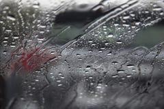 一个骑自行车者的室外自行车特技活动一bicycleClose的纹理雨珠摘要背景在汽车挡风玻璃窗口的 库存图片