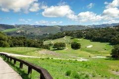 一个高尔夫球场和小葡萄园加利福尼亚小山的  免版税库存照片