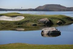 一个高尔夫球场有路和池塘的和有旗子的 免版税库存照片