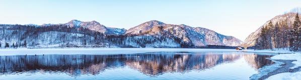 一个高山湖的全景 免版税库存照片