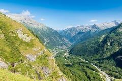 一个高山谷的鸟瞰图,冰河谷的例子 Anzasca谷,在登上罗莎的脚 免版税图库摄影