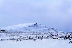 一个高山高原的风景与一个蓝色阴影的从云彩 免版税库存图片