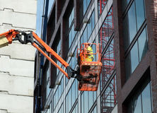 一个高站台的建筑工人 免版税库存图片