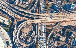 一个高速公路交叉点的鸟瞰图在洛杉矶 免版税库存照片