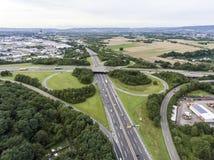一个高速公路交叉点的鸟瞰图有苜蓿叶形立交路口互换的德国科布伦茨 库存图片