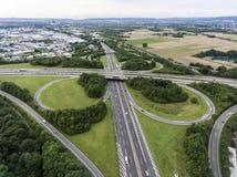 一个高速公路交叉点的鸟瞰图有苜蓿叶形立交路口互换的德国科布伦茨 免版税库存照片
