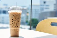 一个鲜美杯子在桌上的被冰的咖啡 免版税库存照片