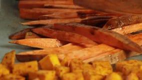 一个鳄梨调味酱捣碎的鳄梨酱的混合的香料与vegies食谱 股票视频