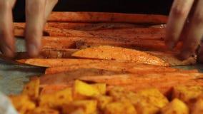 一个鳄梨调味酱捣碎的鳄梨酱的混合的香料与vegies食谱 影视素材