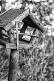 一个鸟舍的黑白图象在木头的在自然中间 免版税库存图片