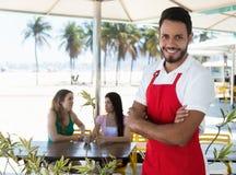 一个鸡尾酒酒吧的可爱的侍者在海滩的 免版税图库摄影