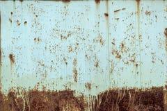 一个黄色老被打击的钢铁厂的特写镜头 金属生锈的纹理 免版税库存照片