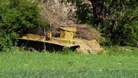 一个黄色被放弃的坦克身体 股票视频