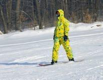 一个黄色诉讼的挡雪板 库存图片