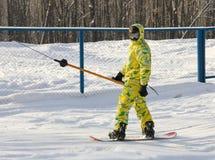一个黄色诉讼的挡雪板 库存照片