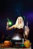 一个黑暗的背景的性感的巫婆 免版税库存照片