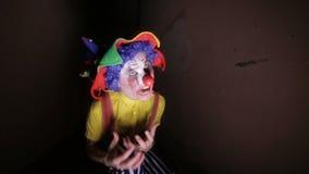 一个黑暗的胡同的一个可怕小丑做面孔 股票录像