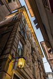 一个黑暗的胡同的典型的看法在热那亚街市  库存照片