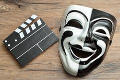 一个黑白电影委员会和剧院面具 库存图片