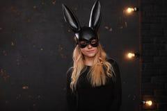 一个黑面具的一个女孩 免版税图库摄影