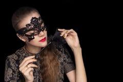 一个黑鞋带面具的美丽的诱人的女孩 库存图片