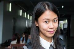 一个年轻亚洲女学生的画象在大学 免版税库存图片