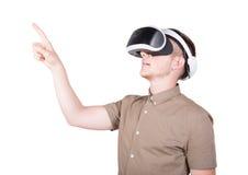 一个年轻人使用一个虚拟现实耳机,隔绝在白色背景 佩带虚拟现实风镜的人 VR玻璃 免版税库存图片