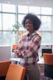 一个年轻黑人偶然女商人的画象 免版税库存图片
