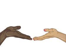 一个黑人和一个白人妇女的手被引入彼此 免版税库存照片