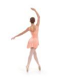 一个年轻人和适合女性跳芭蕾舞者在橙色礼服 免版税库存图片